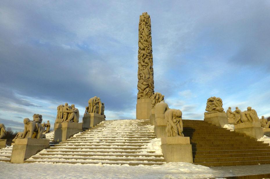 Le monolithe, tout en haut des marches