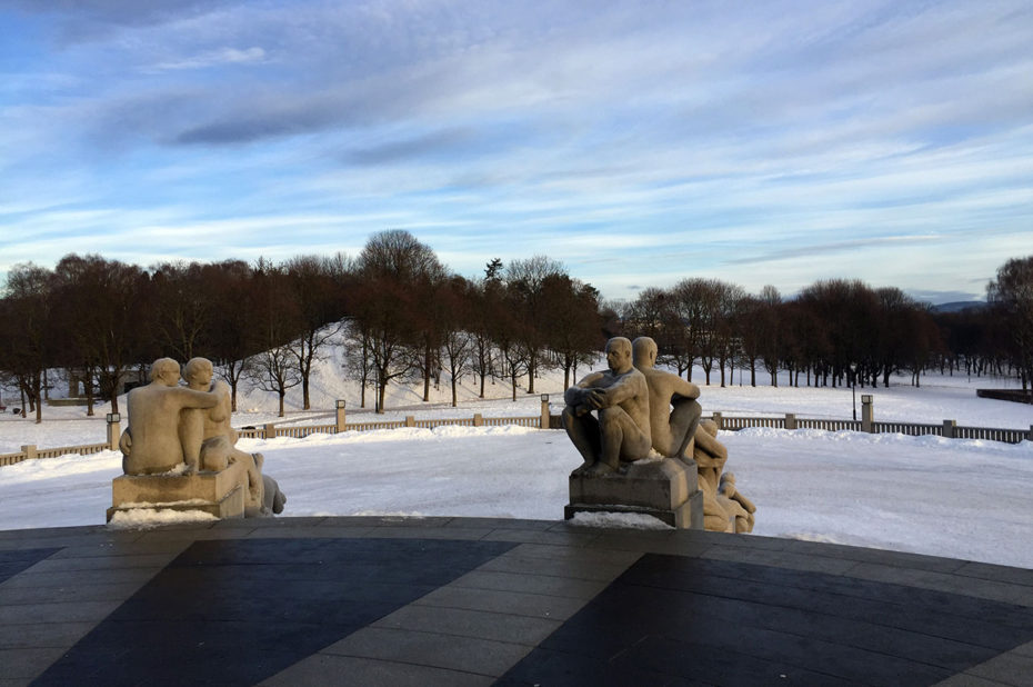 Une fine couche de neige dans le parc Vigeland