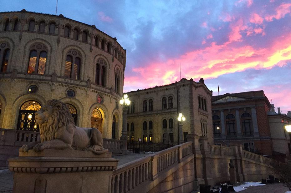 Le Parlement norvégien au crépuscule, sous un ciel rouge
