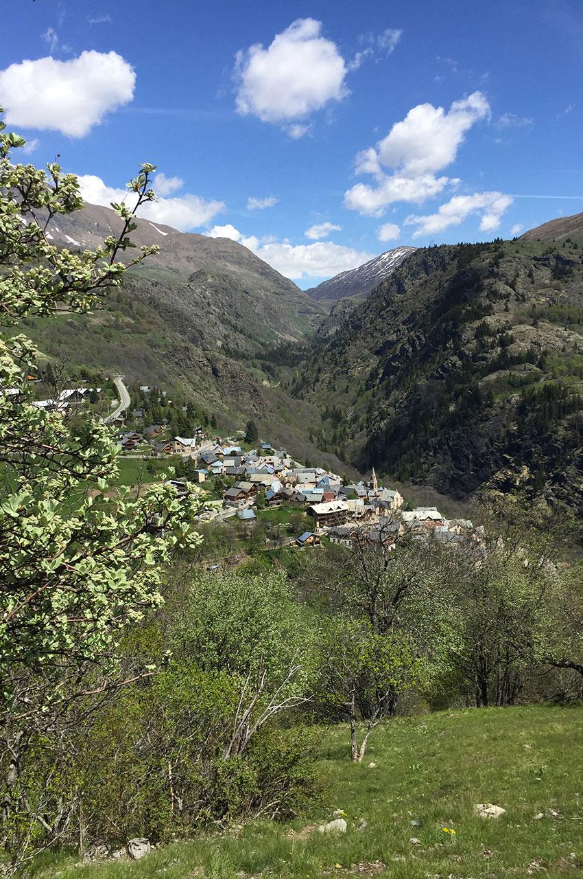 Le petit village d'Huez et la vallée de Sarenne