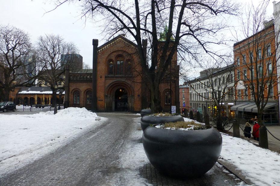 Sur la place de la cathédrale d'Oslo, proche de la rue Karl Johans Gate