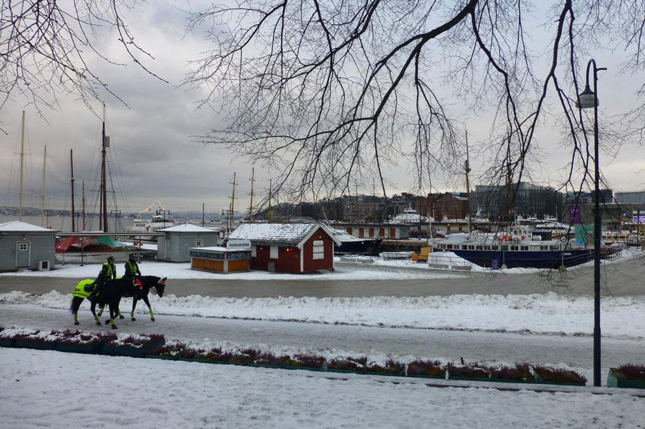 Police à cheval près du port d'Aker Brygge