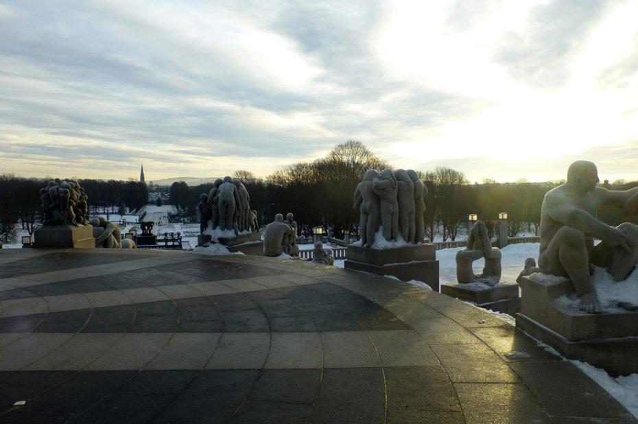 Le soleil d'hiver éclaire l'étrange parc Vigeland