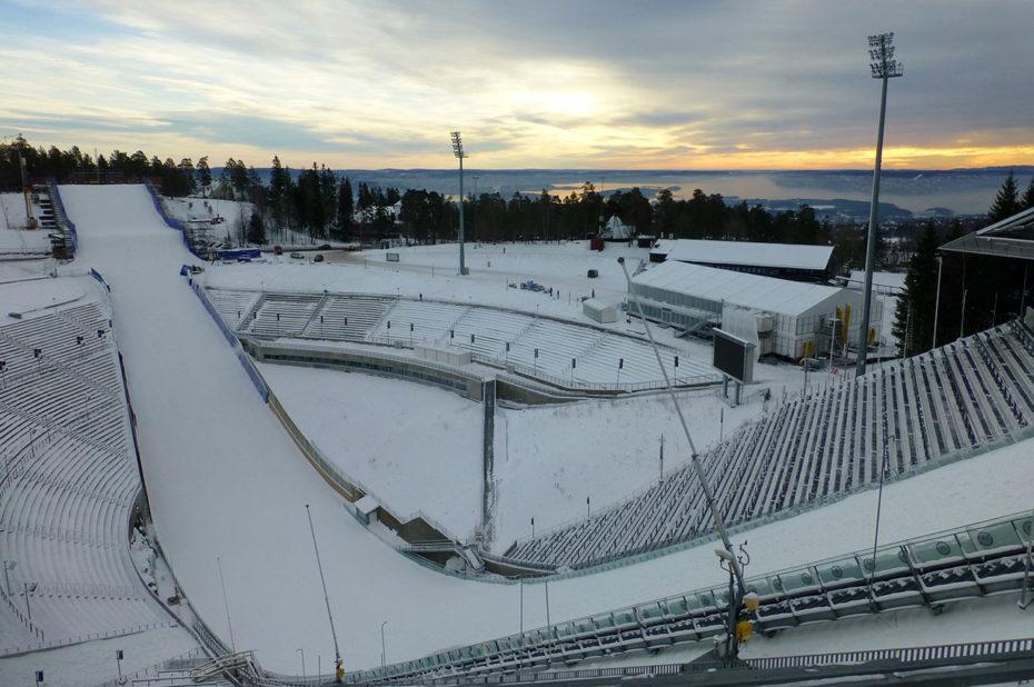Stade d'Holmenkollbakken avec la vue sur le fjord d'Oslo