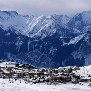 La station de l'Alpe d'Huez vue du haut des pistes