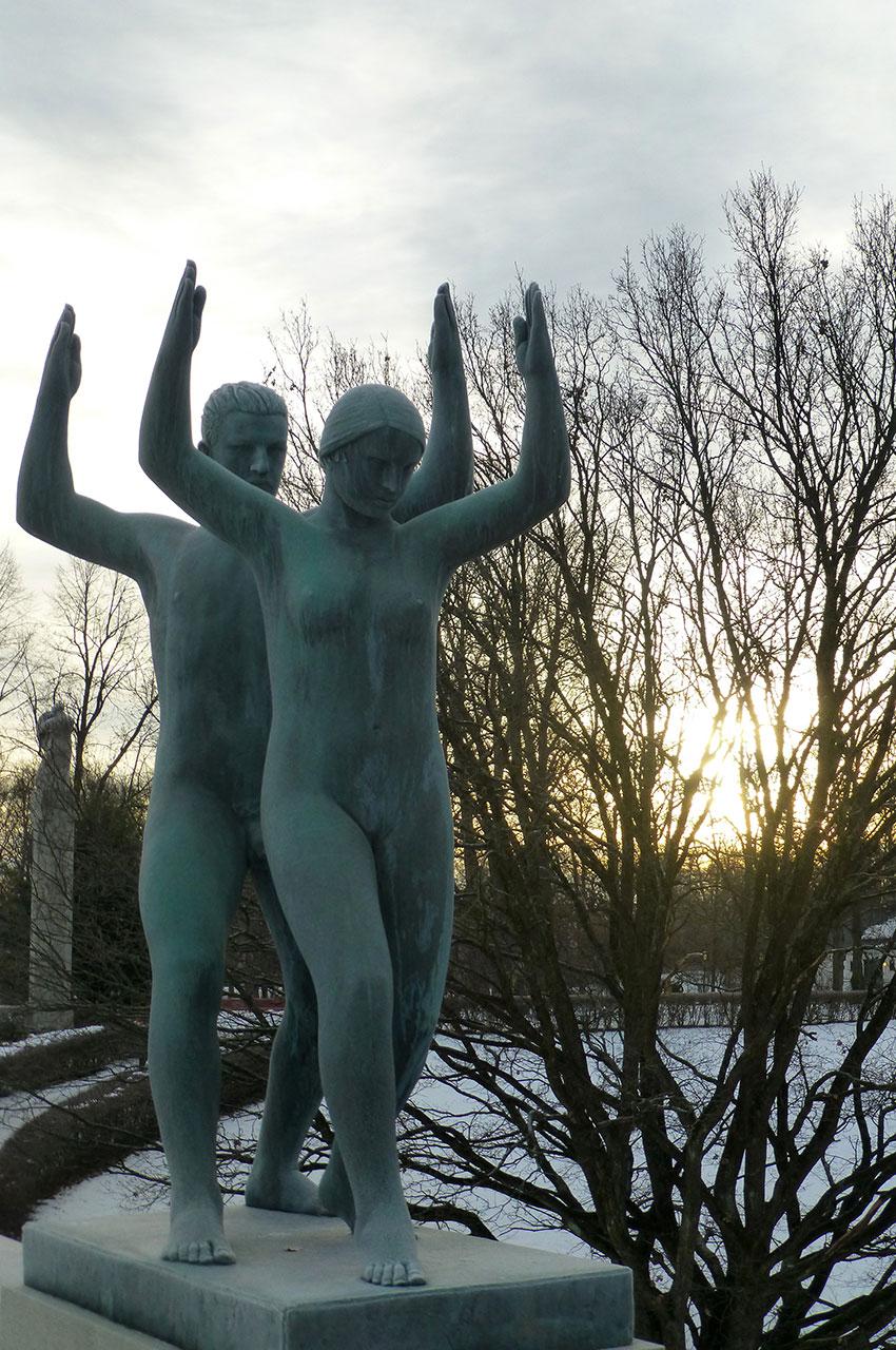 Statue d'un couple faisant du sport