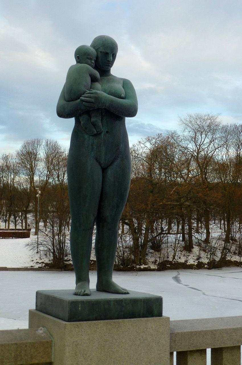 Statue d'une femme avec un enfant dans les bras