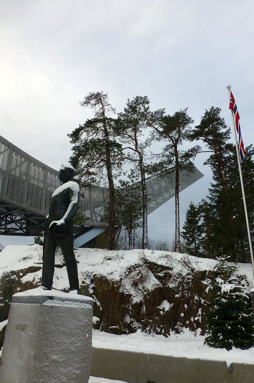 Statue de Fridtjof Nansen, devant le tremplin de saut à ski