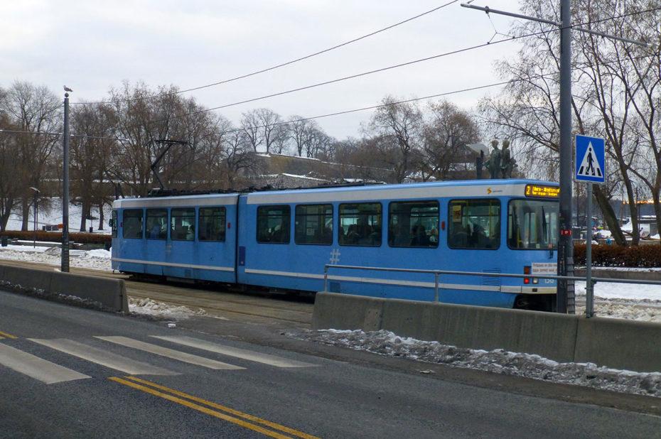 Tramway bleu dans le centre-ville d'Oslo