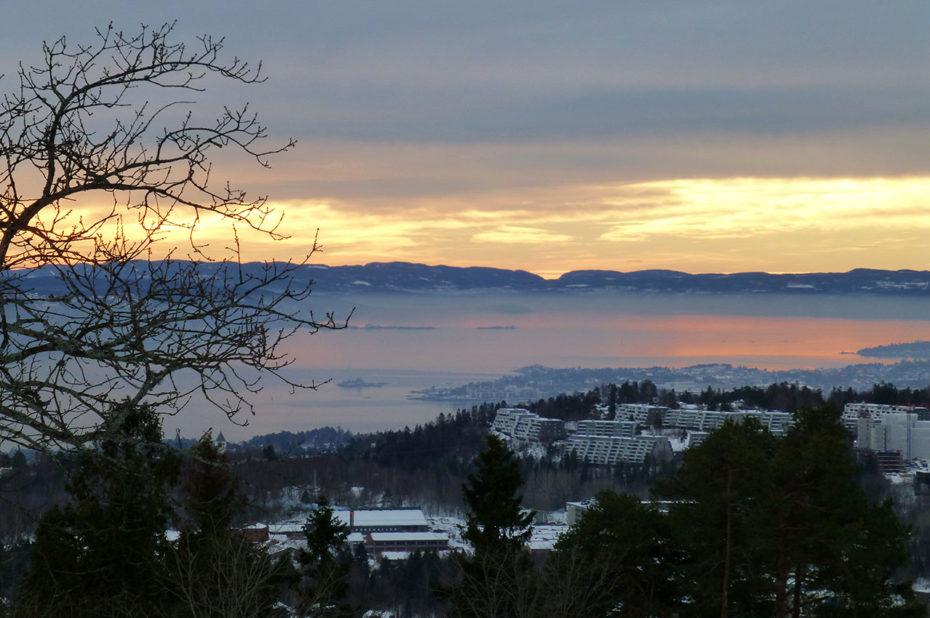 Vue sur le fjord au coucher de soleil depuis le quartier d'Holmenkollen