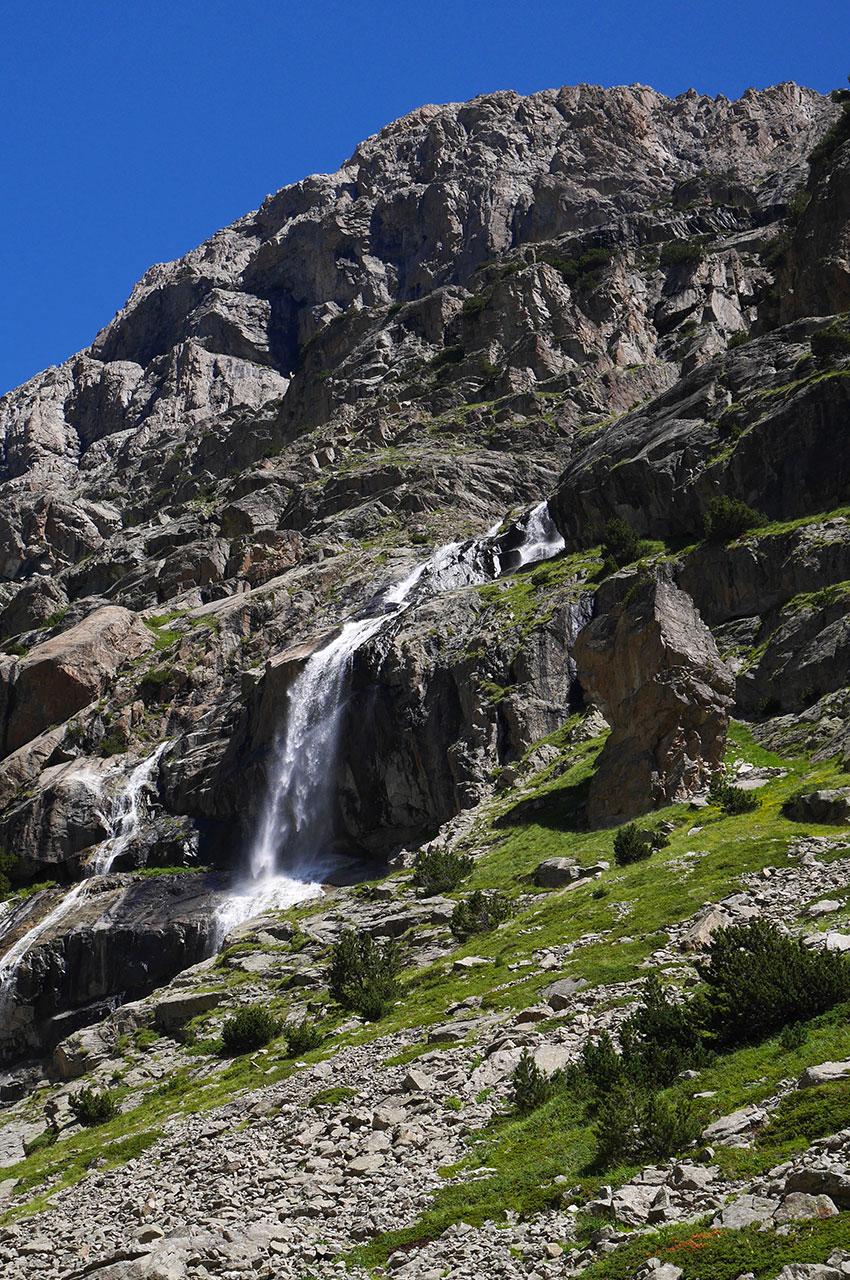 Une cascade descend de la montagne