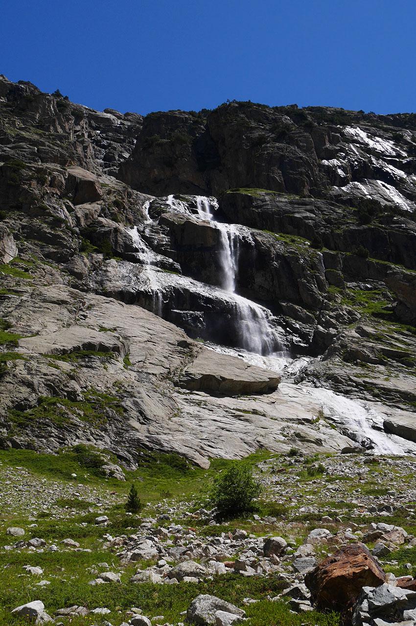 Des cascades successives scintillent au soleil