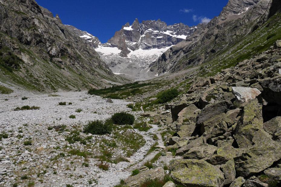Le sentier et la face sud de la Meije au loin