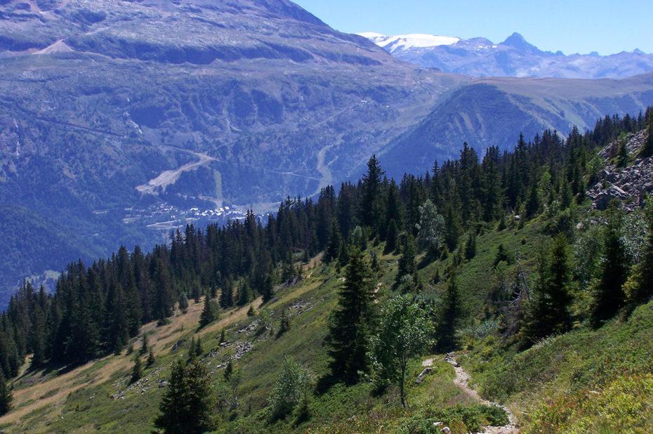 Le chemin de randonnée et le village d'Oz-en-Oisans sur l'autre versant