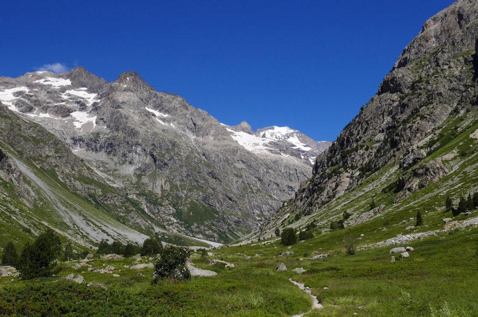 Le chemin de randonnée dans un paysage époustouflant