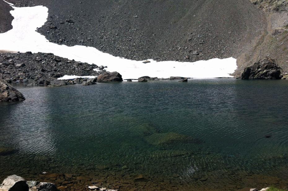 Encore un névé aux abords du lac de Belledonne en été