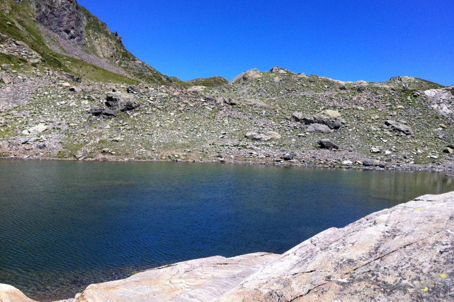 Le lac de Belledonne est situé sous le Grand pic de Belledonne