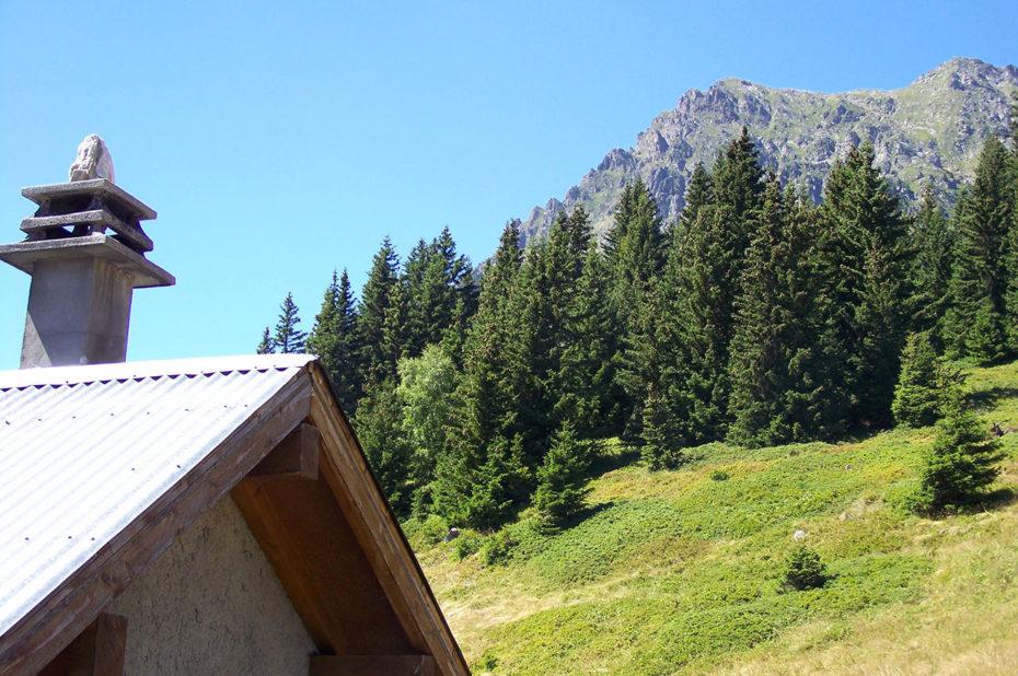 La montagne par-dessus le toit de la cabane du Chazeau