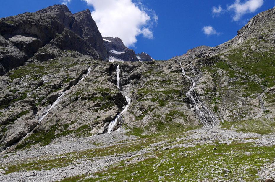 De nombreuses cascades descendent des glaciers