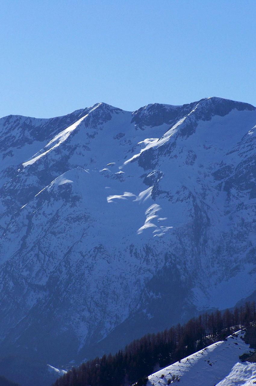 Le soleil réchauffe l'adret de la montagne en hiver