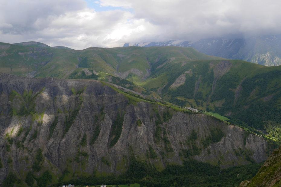 La combe de la vallée de Sarenne sous un ciel chargé