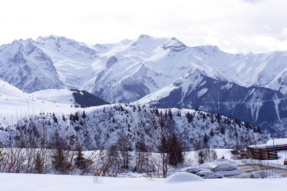 Au départ de la route de Sarenne, entourée de montagnes enneigées
