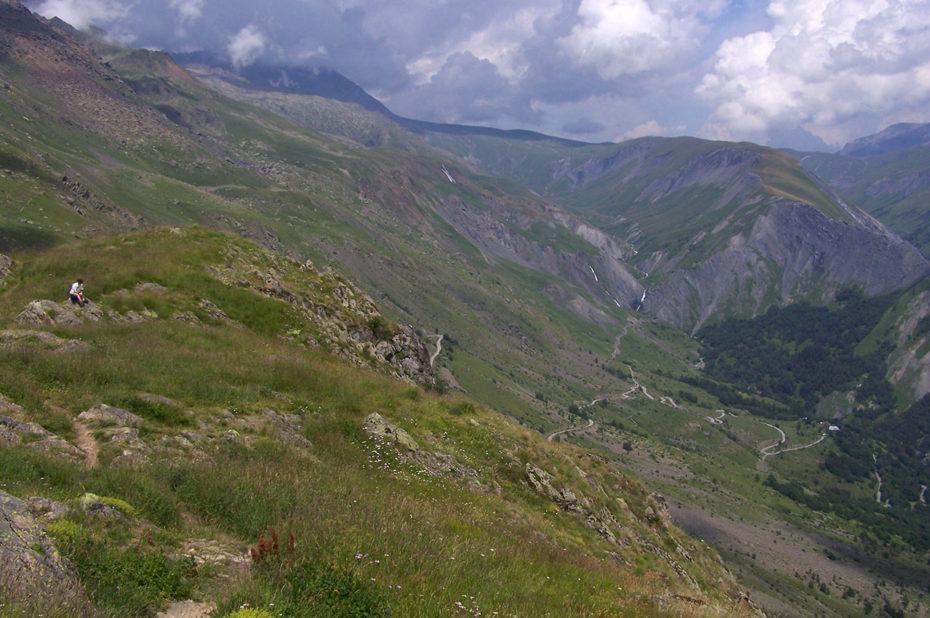 Depuis le col de Sarenne, la route qui descend à Clavans