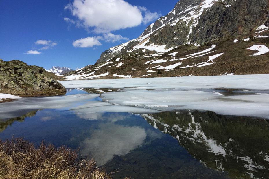 Les Grandes Rousses se reflètent sur l'eau du Lac Besson