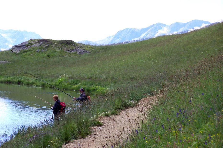 De jeunes pêcheurs au bord du Lac Faucille