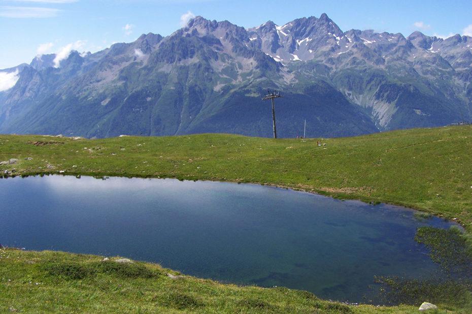 Le Lac Carrelet fait face au massif de Belledonne