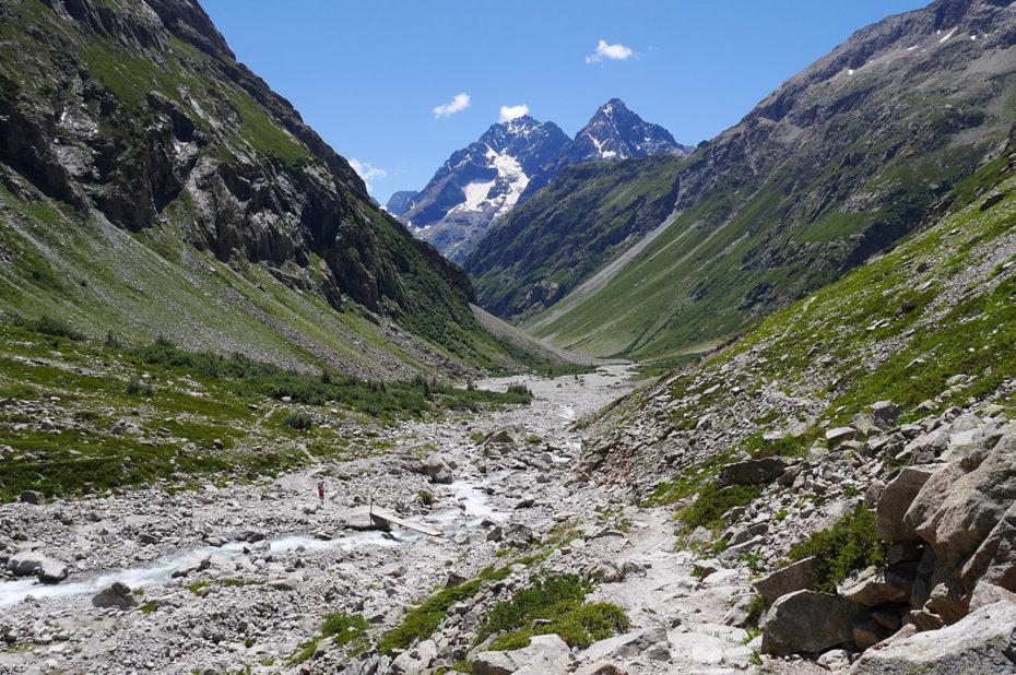 Le large vallon des Étançons, entouré des hauts sommets des Écrins