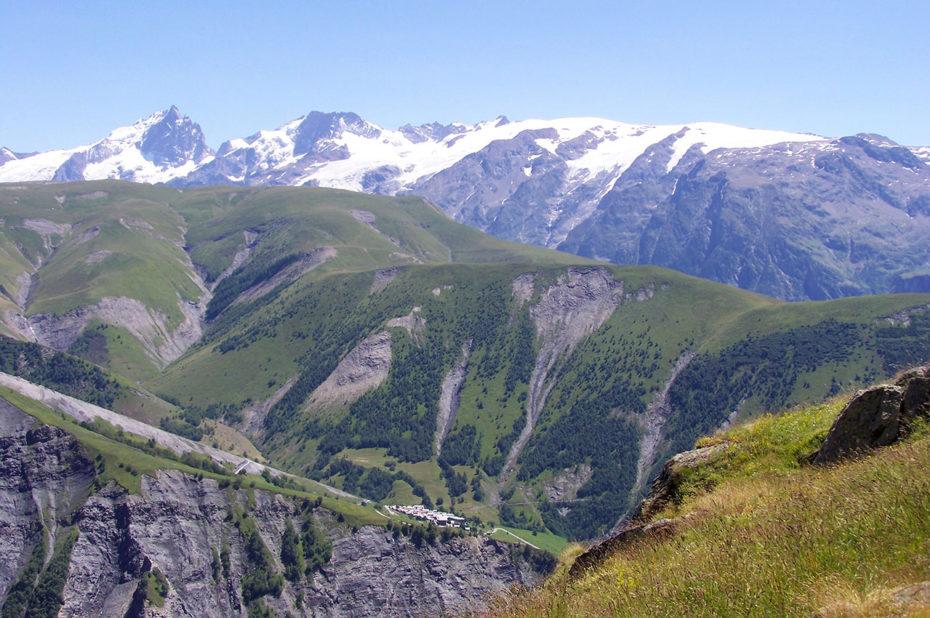 La Meije, le Râteau, les 2 Alpes, et Besse-en-Oisans en contrebas