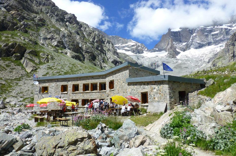 Le refuge du Châtelleret et sa terrasse à 2227 m d'altitude