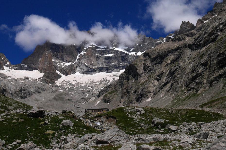 Le refuge, minuscule devant l'immensité de la montagne