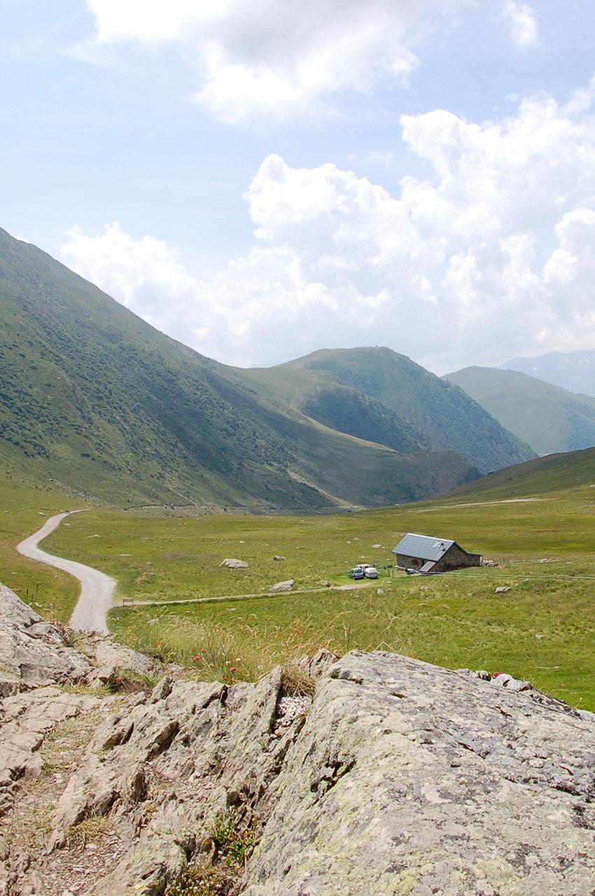 Rochers surplombant la route du col de Sarenne