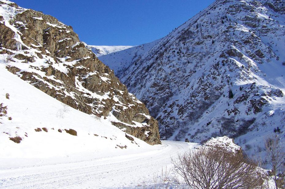 La route de Sarenne enneigée en hiver