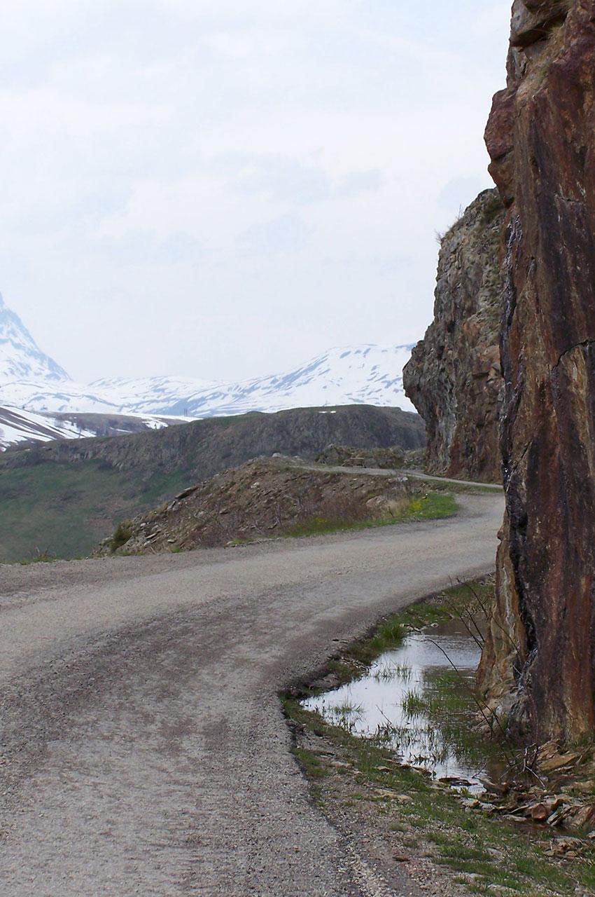 La route de Sarenne à flanc de montagne
