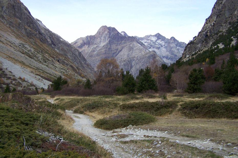 Le sentier suit la vallée du Vénéon
