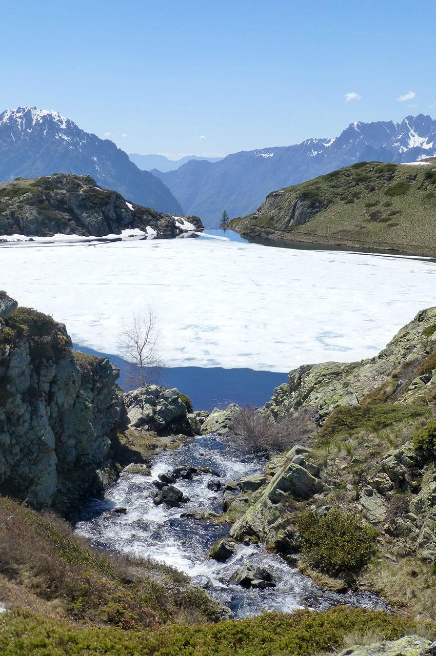 Le torrent devant le Lac Noir, blanc de neige