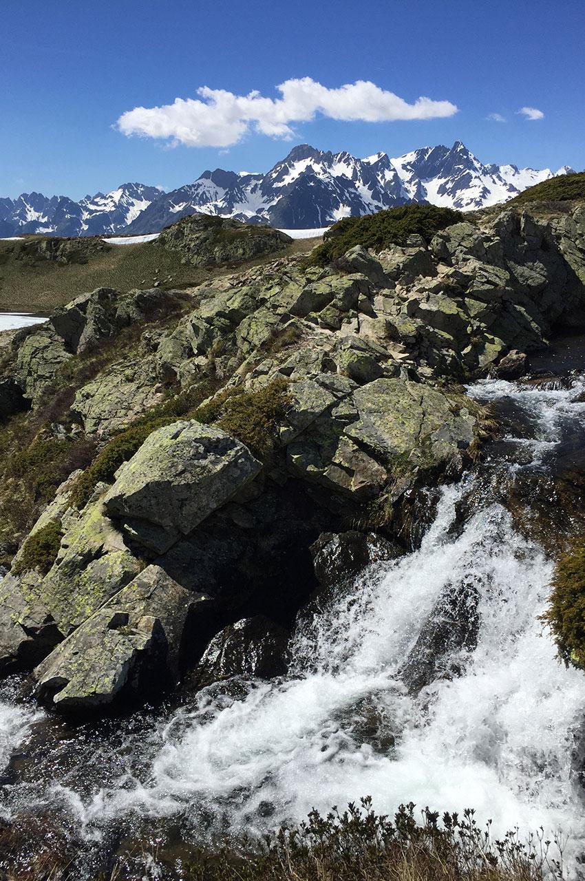 Le torrent est alimenté par la fonte des neiges
