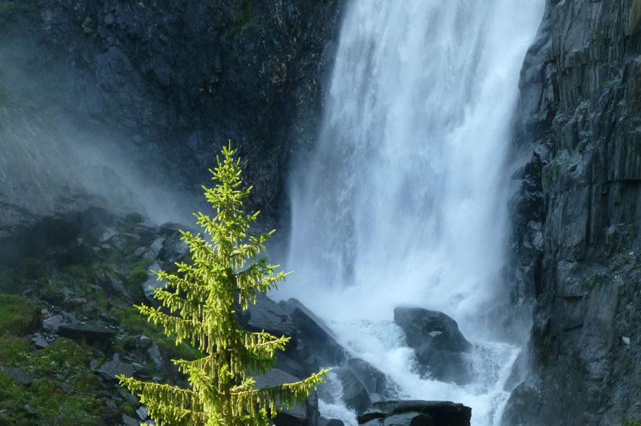 La cascade de la Muzelle se fracasse sur les rochers