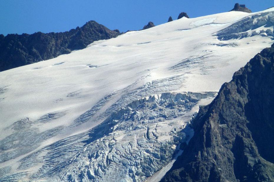 Crevasses dans le glacier qui fond sous le soleil d'été