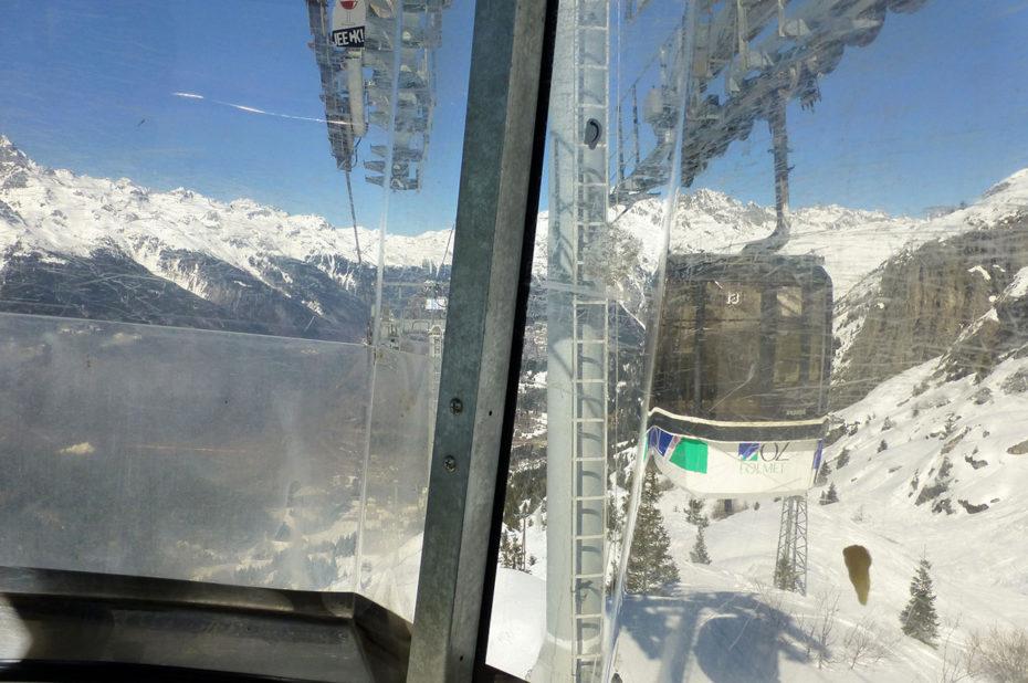 Dans la télécabine qui relie Oz-en-Oisans à l'Alpe d'Huez