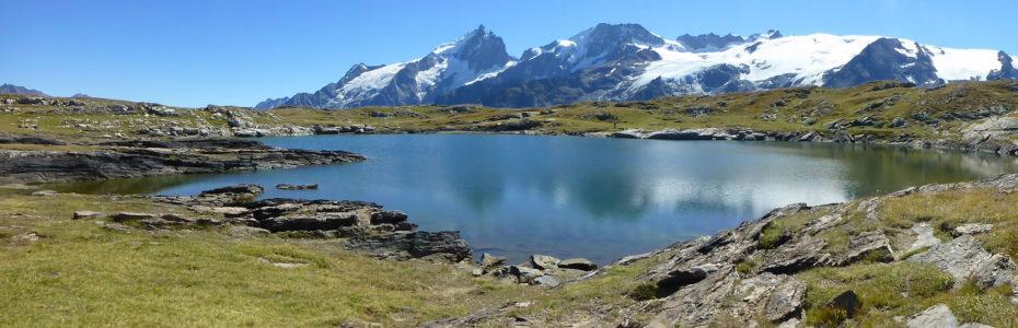 Le lac noir sur le plateau d'Emparis, face au massif des Écrins