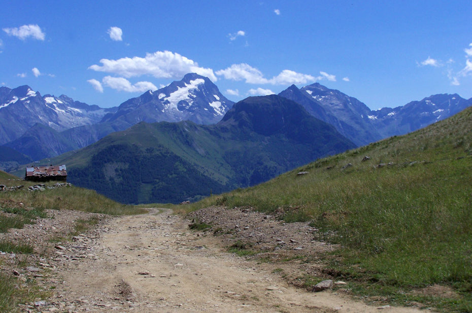 Le large chemin au col de Cluy, idéal également pour la rando à vélo