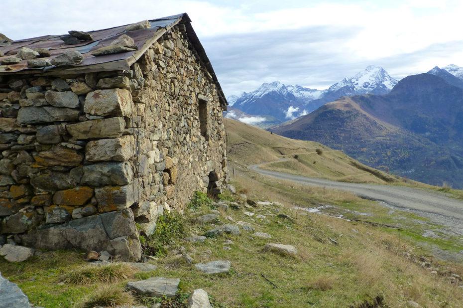 Maison en pierres au bord du chemin
