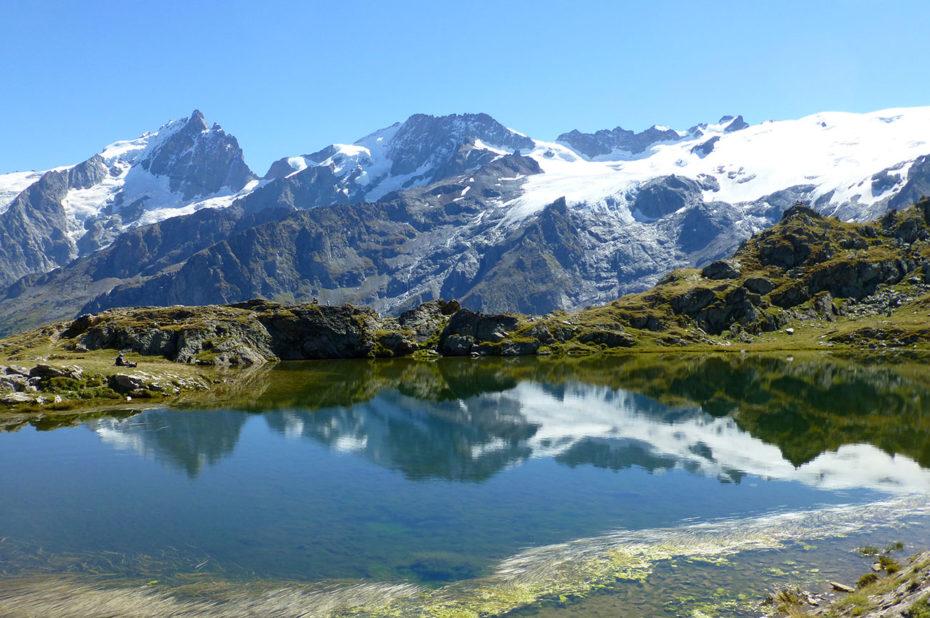 Le massif des Écrins se reflète sur le lac Lérié