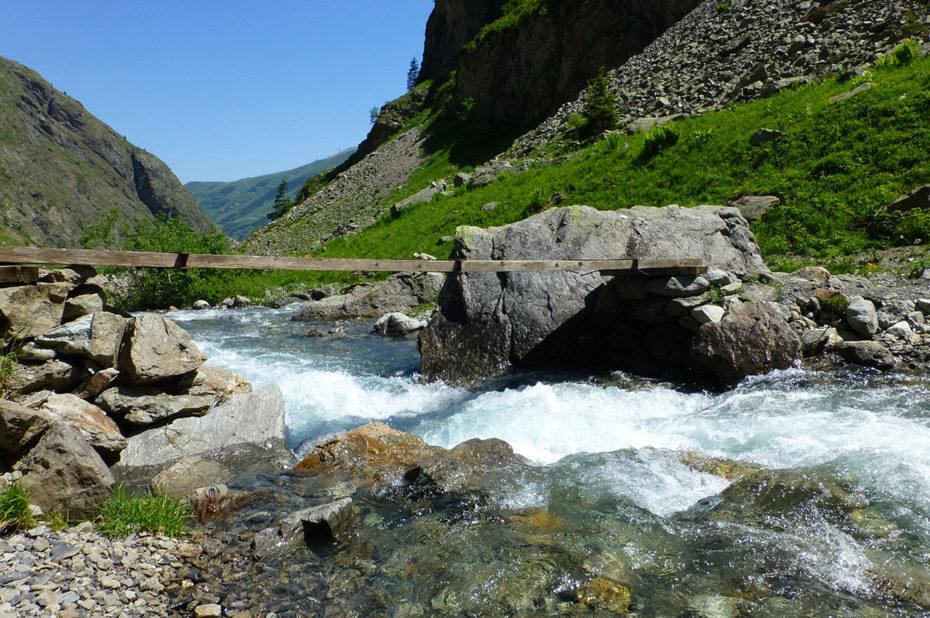 Pont de bois qui traverse le ruisseau
