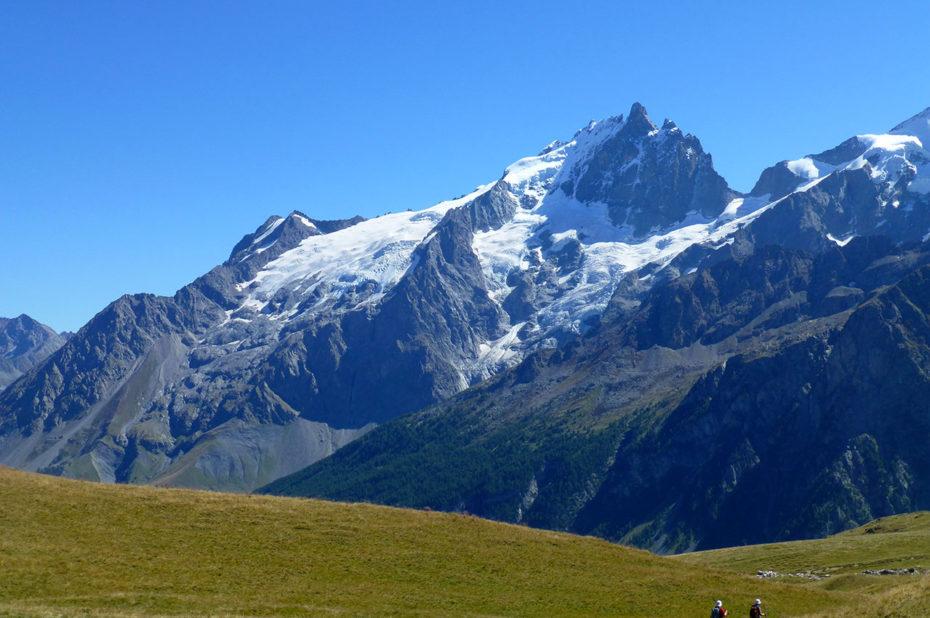 Randonnée sur le plateau d'Emparis face à la Meije