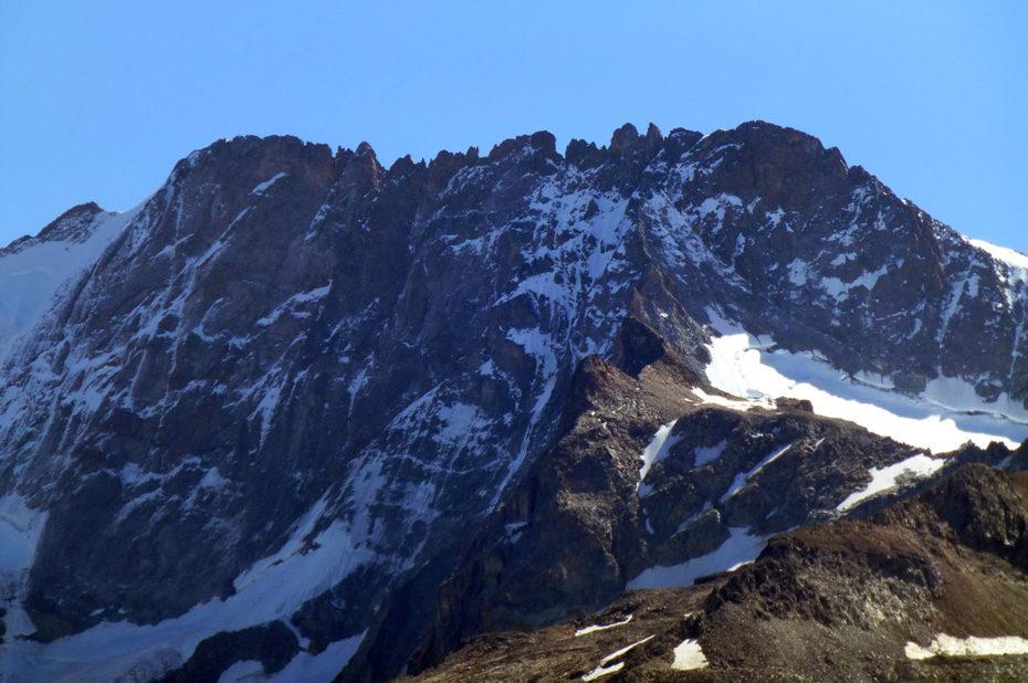 Le Râteau, sommet du massif des Écrins, culmine à 3809 m d'altitude